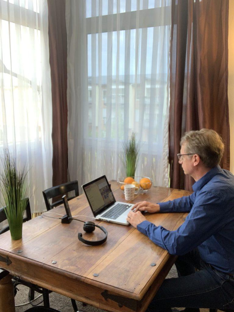 Stephan Hager beim Homeoffice und Support für Firmenkunden